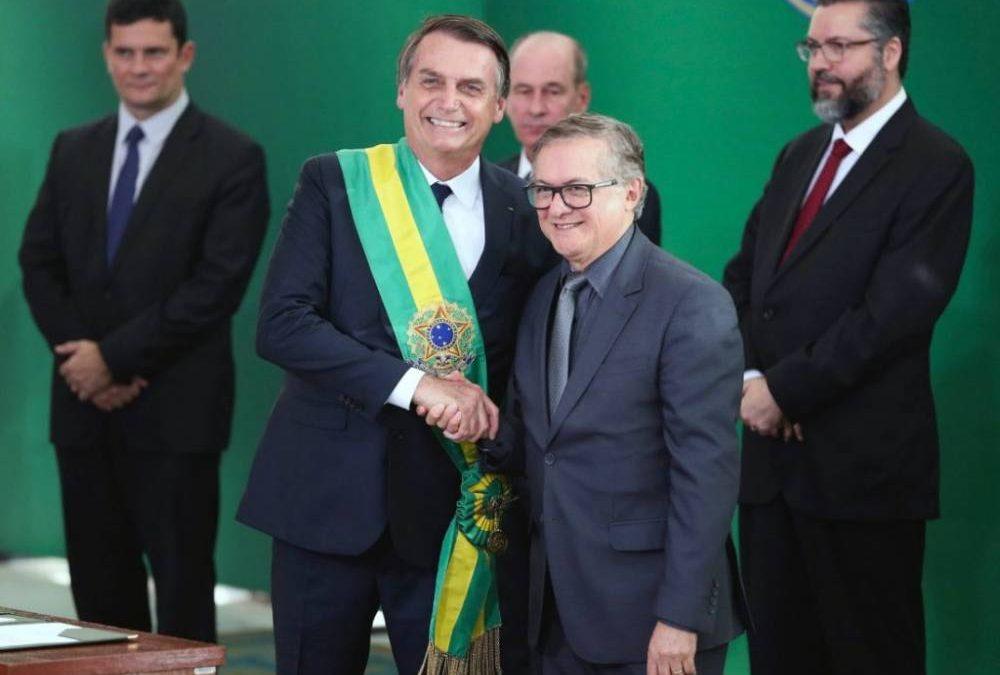 MIENTRAS TANTO, EL MINISTRO DE EDUCACIÓN BRASILEÑO (QUIEN ES COLOMBIANO) DEFIENDE LAS POLÍTICAS EDUCATIVAS DE PABLO ESCOBAR Y REPITE COMO UN ROBOT QUE ESTÁ CONTRA EL ABORTO