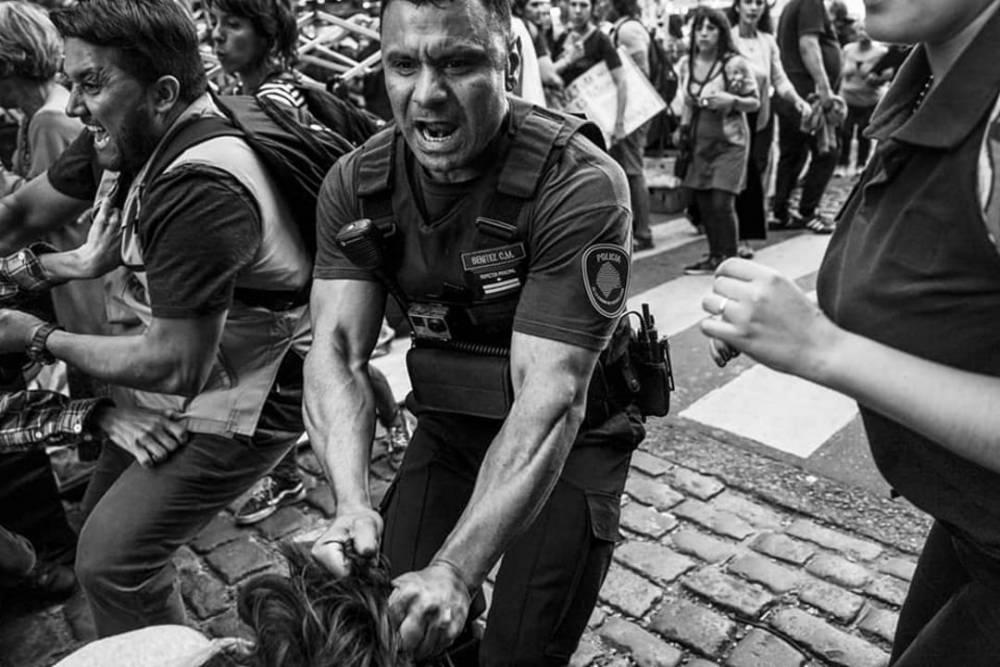 'LA IMÁGEN DEL POLICÍA APALEANDO A UNA MUJER PEGADO AL 8M ES LA IMÁGEN DE LA OPOSICIÓN QUE EL GOBIERNO CAPTURA COMO PROPIA'