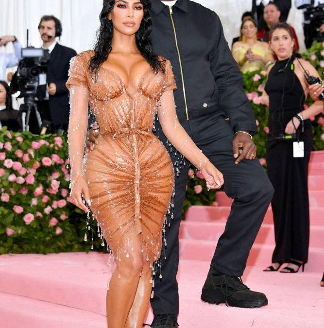 Con VestidoKim A Pleitesia Su Kardashian Wintour Rinde Madame vb7gyY6If