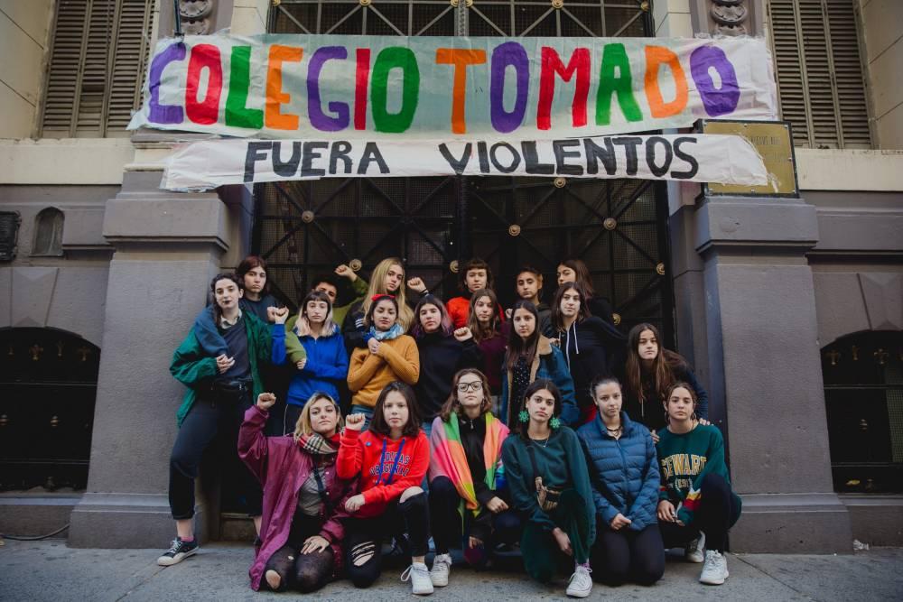 """""""EL 'NEO FASCISMO' FEMINISTA ARGENTINO TIENE TOMADO AL COLEGIO PELLEGRINI PORQUE ALGUIEN MIRÓ PORNO"""""""