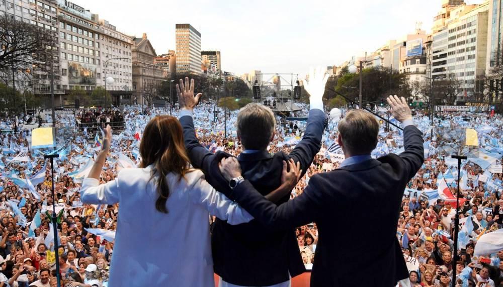 'MIENTRAS ARDEN BARCELONA Y SANTIAGO, JUNTOS POR EL CAMBIO PROPONE UNA MARCHA DE UN MILLÓN DE PRIVILEGIADOS'