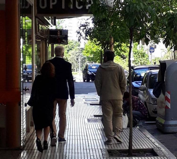 'LA LOCA MALA DE LA JAULA DE LAS LACAS NECESITADA DE FONDOS ESTABA HOY MUY PREOCUPADA POR EL DESTINO DE SU COLECCIÓN EN EL PRÓXIMO REMATE'