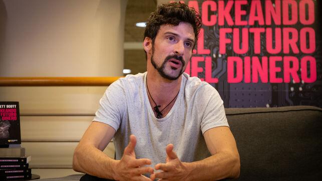 BRETT SCOTT: 'LOS BANCOS ESTÁN CREANDO UNA IDEA ROMÁNTICA DE LOS PAGOS ELECTRÓNICOS PARA CONSEGUIR MAS PODER'
