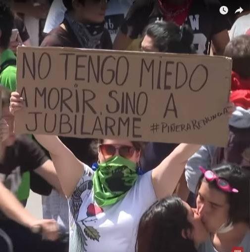 'LA SOPRANO CANTANDO DESDE UNA VENTANA DURANTE EL TOQUE DE QUEDA EN CHILE'